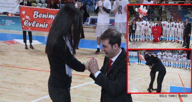 Basketbol antrenöründen sahada evlenme teklifi