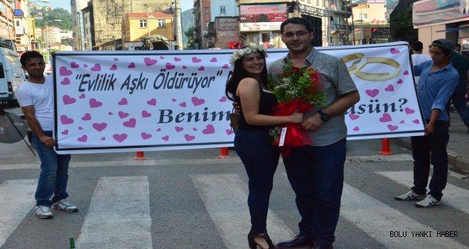 Cadde ortasında süpriz evlenme teklifi
