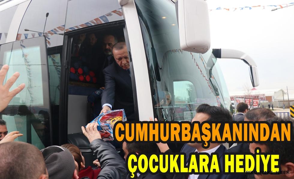 Cumhurbaşkanı Erdoğan, Bolu'da çocuklara hediye dağıttı
