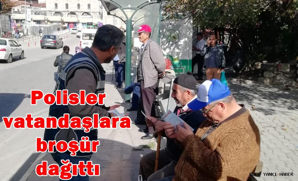 Polisler vatandaşlara broşür dağıttı