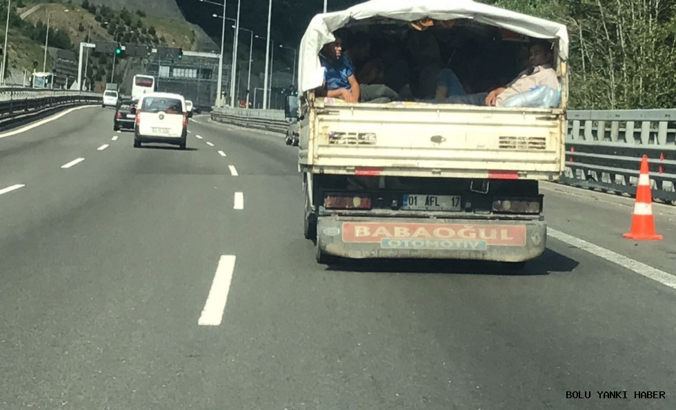 TEM'de kamyonet kasasında yolculuk heyecanlandırdı